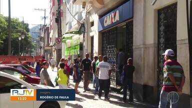 Algumas agências da Caixa abrem neste sábado no interior do Rio - RJ1 mostra a movimentação de pessoas em algumas agências da área de cobertura da Inter TV. O funcionamento é para atendimento de serviços essenciais à população.