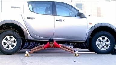 Faustão relembra o jovem indiano que passou por debaixo de quinze carros - O jovem conta com uma grande habilidade contorcionista