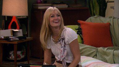 E a Cama Retrátil - Caroline tenta construir uma cama retrátil no apartamento de Max. Enquanto isso, a química entre Max e Johnny esquenta.