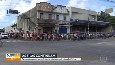 Pessoas seguem se aglomerando em filas nas agências da Caixa do Grande Recife - Procon estadual já multou em mais de R$ 1 milhão as agências do banco.