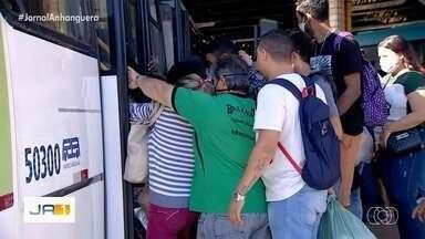 Segurança pede que passageiros não fiquem de pé nos ônibus em Goiânia - Essa é uma das várias medidas para tentar minimizar risco de contágio pelo coronavírus.