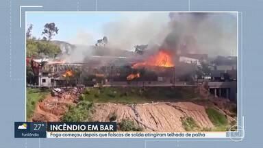 Incêndio atinge bar no Buritis, Região Oeste de BH - Fogo começou depois que faíscas provocadas por um equipamento de solda atingiram o telhado do bar, que era feito de palha e madeira.