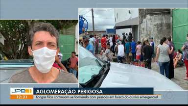 Longas filas se formam com pessoas em busca do auxílio emergencial, na Paraíba - A aglomeração é perigosa, principalmente porque muitos não mantém uma distância segura entre outras pessoas.