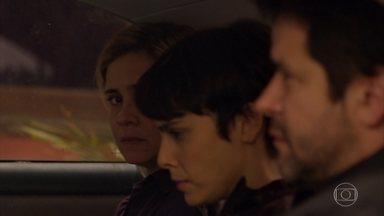 Santiago foge, levando Carminha, e Tufão e Nina como reféns - Eles são perseguidos pela polícia, mas conseguem escapar