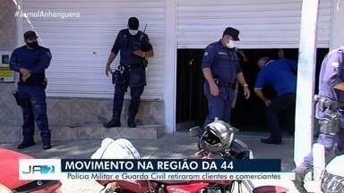 Guarda Civil e PM retiram clientes e comerciantes da Região da 44, em Goiânia - Havia aglomeração no local.