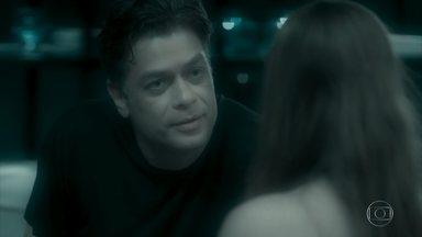 Arthur relembra o clima que teve com Eliza - Aparecida o alerta para não tentar nada com a moça. Arthur garante que a empregada está vendo coisas demais