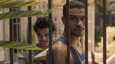 Jacaré vê Eliza no estúdio de fotografia - O bandido observa a movimentação e vê quando Eliza vai pegar uma empadinha com Hugo