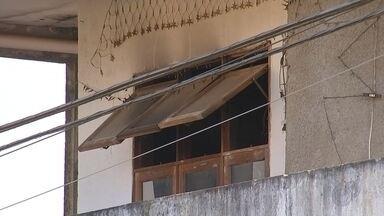 Homem morre carbonizado após incêndio atingir casa em Itapetininga - Um homem de 36 anos morreu carbonizado após um incêndio atingir sua casa, em Itapetininga (SP), na madrugada desta quarta-feira (29), na Vila Santa Isabel.