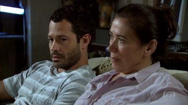 Griselda decide contratar advogado - Depois que Amália sai com Rafael, Quinzé tenta convencer a mãe a contratar um decorador. Griselda diz para o filho que Vilma indicou um advogado para que eles possam se defender de Teodora
