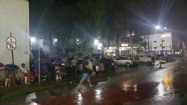 Fila começa a se formar em frente a uma agência da Caixa em Fortaleza agora à noite - Debaixo de chuva, as pessoas vão passar a noite à espera da abertura da agência para tentar sacar o auxílio emergencial de R$ 600.