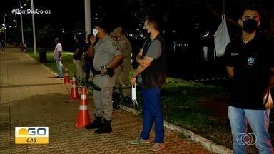 Servidores fazem ação para exigir uso de máscara em Itumbiara - Eles entregaram os EPIs a quem caminhava sem o item de segurança.