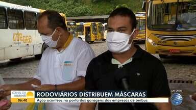Sindicato dos rodoviários distribui máscaras e sabonetes para motoristas e cobradores - O uso do item é obrigatório nos ônibus que circulam pela capital baiana, após decreto baixado pela prefeitura municipal.