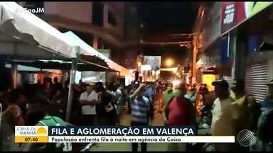 Moradores de Valença passam a madrugada em fila para pagamento do auxílio emergencial - Movimento é intenso em agências da Caixa Econômica Federal e casas lotéricas de todo o estado.