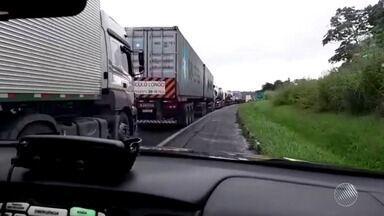 Motoristas enfrentam engarrafamento na BR-324 após abertura de cratera - Buraco causa transtornos na região de Candeias.