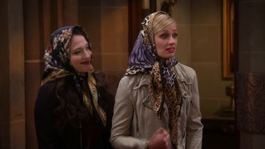 E o Drama das Madrinhas - Oleg e Sophie querem que Max e Caroline sejam madrinhas de Barbara, mas a ideia não vai para frente quando a mãe de Oleg, Olga, chega da Ucrânia para o batizado.