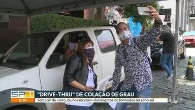 """Faculdade particular na zona sul faz colação de grau em sistema """"drive-thru"""" - Sem sair do carro, alunos recebem documentos de formados na zona sul."""