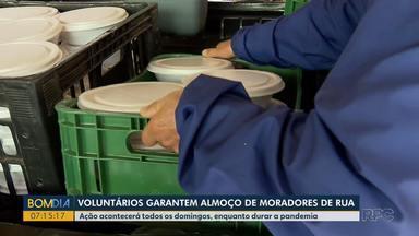 Voluntários garantem almoço para moradores de rua - Ação acontecerá todos os domingos, enquanto durar a pandemia.