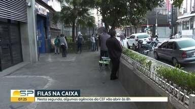 Fila enorme na CEF no Brás - Pessoas tentam sacar o auxílio de R$600.