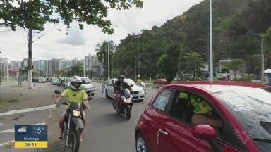 Grupos fazem manifestações pelas ruas de Santos e São Vicente - Eles são a favor do presidente Jair Bolsonaro.