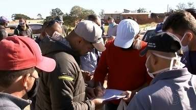 Prefeitura de Botucatu distribui máscaras de tecido aos moradores - Uso da máscara é obrigatório em bancos e supermercados a partir desta segunda-feira (4). Confira os pontos de distribuição.