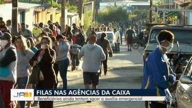 Goianos enfrentam longas filas para sacar o auxílio emergencial - Agências da Caixa Econômica Federal abriram duas horas mais cedo para tentar atender toda demanda.