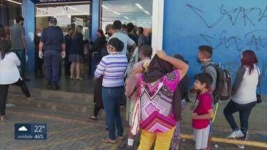 Agências da CEF abrem mais cedo, mas filas no DF continuam - O presidente da Caixa Econômica foi até o Paranoá e fiscalizou o atendimento aos moradores que tentam receber o auxílio emergencial do governo federal.