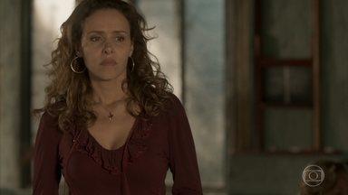Gilda consegue despistar Dino - Com a ajuda da mãe, Dayse disfarça após receber a ligação de Eliza