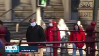 Petropolitanos respeitam o primeiro dia de uso obrigatório de máscaras - No entanto, medida atraiu mais pessoas às ruas, principalmente os vendedores ambulantes que não conseguiram receber o auxílio emergencial.