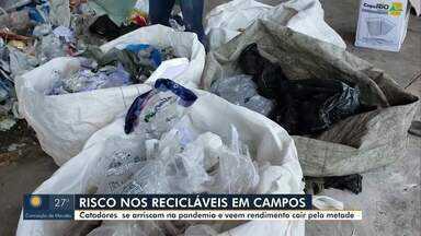 Catadores de materiais recicláveis de Campos, RJ, se arriscam em meio a pandemia - Com o rendimento diminuindo por conta do novo coronavírus, a busca pela sobrevivência impede que esses trabalhadores saiam das ruas.