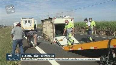 Caminhão tomba e interdita pista na Rodovia Fausto Santomauro em Piracicaba - Pneu do veículo estourou e motorista perdeu o controle, ficando atravessado na pista. Trânsito é desviado pelo acostamento.