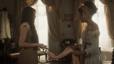 Domitila se prepara para viagem ao Rio de Janeiro - Benedita vê quando a irmã prepara as malas e descobre os planos dela