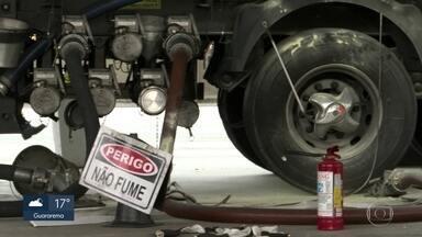 Cinco pessoas ficam feridas em explosão em posto de combustíveis - Foi na Radial Leste, perto do Metrô Belém. A explosão ocorreu no momento em que um caminhão-tanque abastecia o posto.