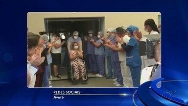 Pacientes são aplaudidos ao deixar Santa Casa de Avaré após se curarem da Covid-19 - Dois pacientes de Avaré (SP) foram aplaudidos ao deixar a Santa Casa da cidade depois de se curarem da Covid-19.