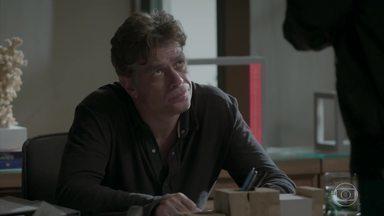 Arthur revela a Max que não pode mais ter filhos - o empresário diz que Carolina acha que está grávida dele e conta que fez vasectomia