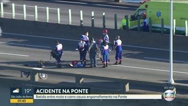 Carro e moto batem na Ponte Rio-Niterói - O acidente aconteceu no sentido Niterói, mas há lentidão nas duas direções. O motociclista foi socorrido.