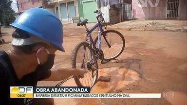 Obra de asfalto é abandonada em Taguatinga - Serviço era feito na QNL, que continua cheia de buracos.