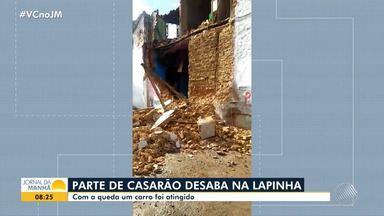 Casarão desaba parcialmente no bairro da Lapinha e carro é atingido - Até o momento, não há informações sobre feridos.