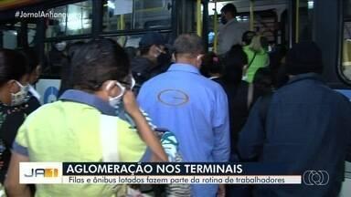 Passageiros reclamam de filas e ônibus lotados em Goiânia - Terminais também são flagrados com aglomerações.