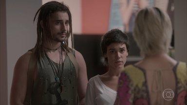Lu critica o visual de Leila e Jamaica - Carolina pede que sua assistente dê um jeito nos dois antes da festa da revista. Leila e Jamaica são resistentes, mas acabam cedendo