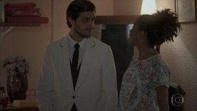 Jonatas se prepara para trabalhar como garçom - Wesley e Jeniffer comentam o visual do irmão