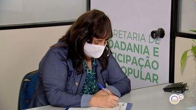 """'Escuta Acolhedora' oferece atendimento psicológico via telefone em Sorocaba - Em Sorocaba (SP), a prefeitura criou um serviço chamado """"Escuta Acolhedora"""". É um atendimento psicológico via telefone neste momento de pandemia."""