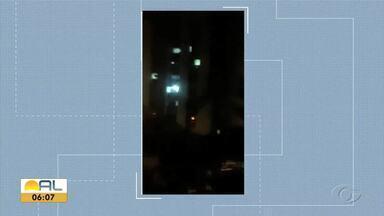 Apartamento pega fogo na Ponta Verde - Chamas foram controladas pelo Corpo de Bombeiros; ninguém ficou ferido.