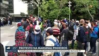 Trabalhadores da construção civil protestam em obra da Marginal Pinheiros - Eles reclamam dos riscos de contaminação por causa do novo coronavírus