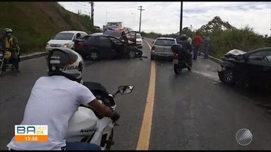 Carro bate em viatura da Rondesp na manhã desta quarta-feira, em Campinas de Pirajá - Trânsito ficou complicado na região por causa do acidente.
