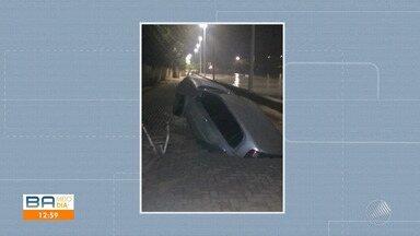 Carro cai em buraco no bairro de Paripe; o motorista não ficou ferido - Confira.