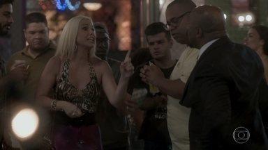 Maristela provoca Florisval no samba - O motorista tenta segurar a namorada