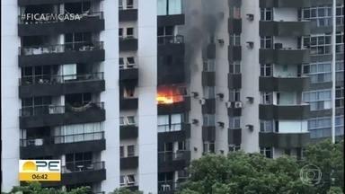 Aparatamento é atingido por incêndio, no Recife - Fogo começou antes das 6h e chamas eram vistas de longe.