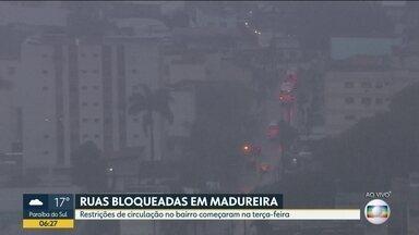 Manhã chuvosa em Madureira - Trânsito é desviado por conta de bloqueio de ruas