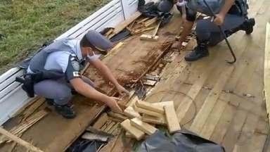 Polícia apreende quase 900 kg de maconha em rodovia de Tupã - Caminhoneiro de 24 anos estava em alta velocidade e foi abordado na Rodovia Comandante João Ribeiro de Barros, em Tupã (SP). A droga estava escondida em um fundo falso do caminhão.