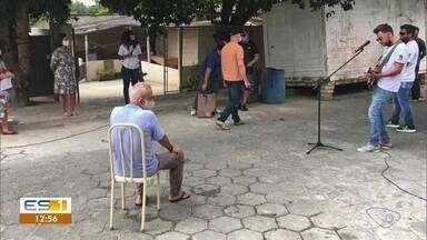 Projeto Cantarolar faz seresta em Linhares, no ES - Grupo se apresenta no meio da rua e leva alegria para vida da população.